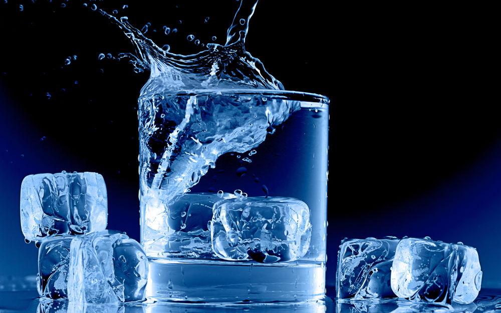 Обои Всплеск воды в стакане от кубиков льда на рабочий стол