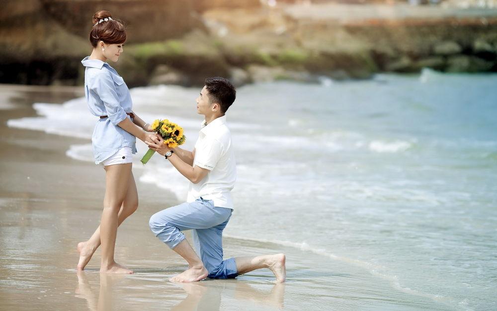 Парень дарить девушке цветы 37