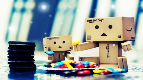 Обои Два картонных человека Данбо / Dando, большой и маленький, сидят на столе с разноцветными конфетками и стопкой печенья