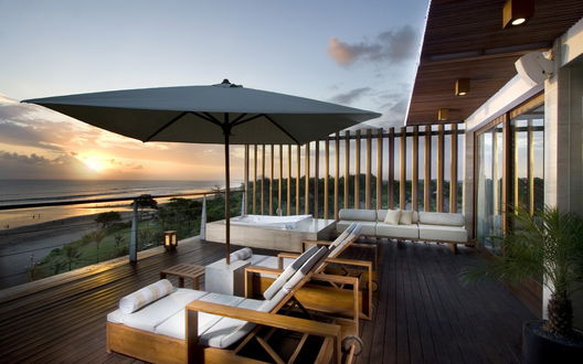 Обои Лежаки на веранде с видом на море на закате