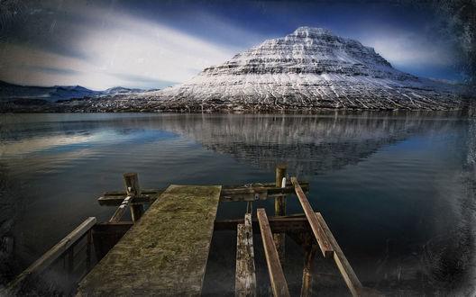 Обои Разрушенный пирс с видом на заснеженную гору