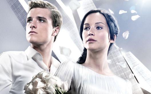 Обои Джош Хатчерсон / Josh Hutcherson и Дженнифер Лоуренс / Jennifer Lawrence в белых одеждах на постере к фильму Голодные игры / The Hunger Games