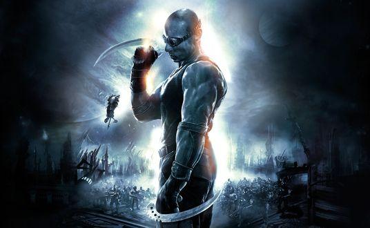 Обои Главный герой Ричард Б. Риддик / Richard B. Riddick стоит с парными клинками в руках, на заднем плане полно врагов из игры The Chronicles of Riddick: Assault on Dark Athena / Хроники Риддика: Атака на Темную Афину