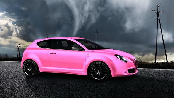 Обои Розовый автомобиль Альфа Ромео / Alfa Romeo Mito Multiair стоит на дороге на фоне пасмурного неба