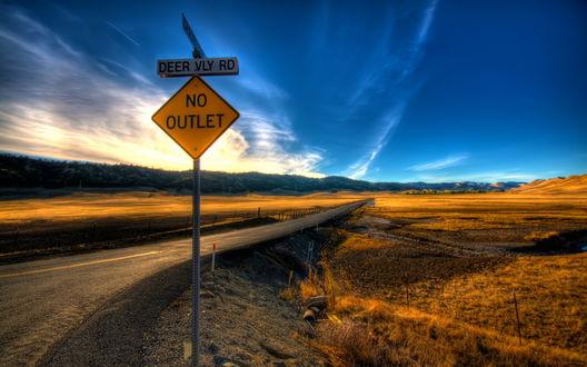 Обои Знак около дороги на фоне заката