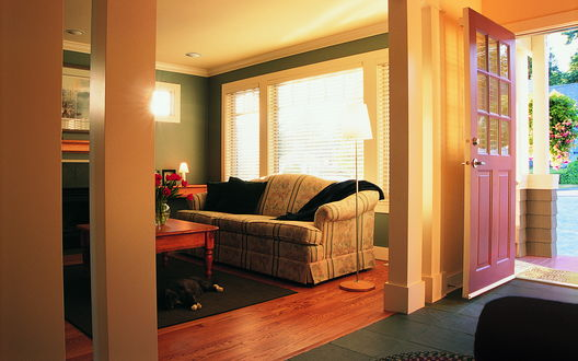 Обои Уютный дом с открытой дверью, в комнате у стола развалившись на ковре спит кот, на столе стоит ваза с красными маками