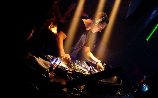 Обои Диджей Тиесто / DJ Tiesto за пультом в лучах прожекторов