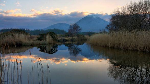 Обои Вечернее небо отражается в горном озере