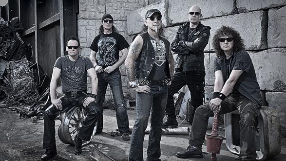 Обои Германская рок-группа Aссерт / Accept в гараже