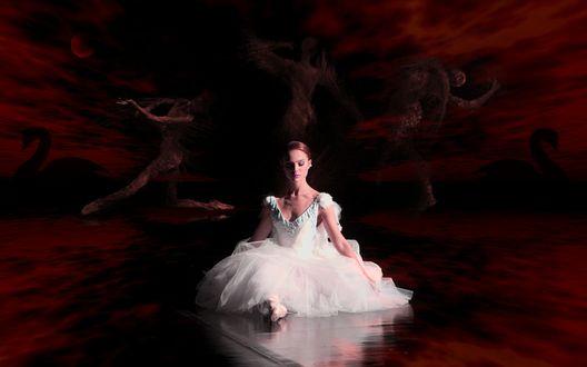 Обои Балерина Натали Портман / Natalie Portman в фильме Черный лебедь / Black Swan сидит посреди бордового неба, в котором проступают силуэты танцующих людей и лебедей