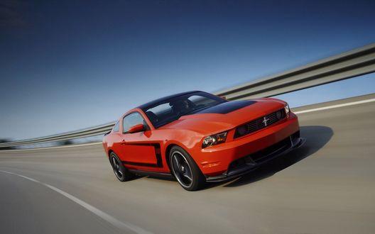 Обои Красный Ford Mustang Boss / Форд Мустанг Босс 302 на дороге