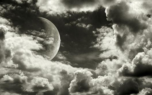 Обои Луна выглядывает из-за серых туч