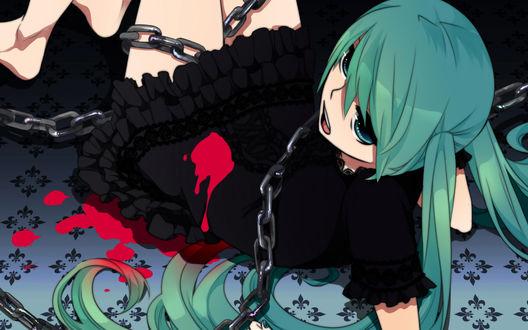 Обои Vocaloid Hatsune Miku / Вокалоид Хатсуне Мику в черном платье с красным пятном, обмотанная цепью, лежит на полу