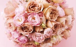 Большой букет из розовых роз и пионов