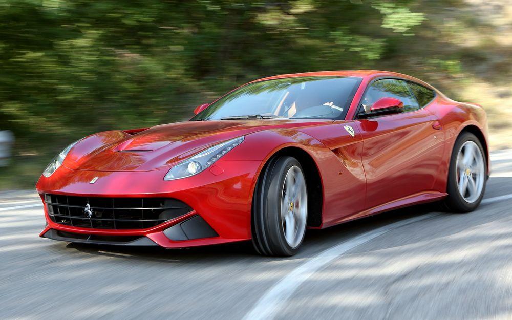 Обои для рабочего стола Красный автомобиль Ferrari F12 berlinetta / Феррари Ф12 мчится по дороге