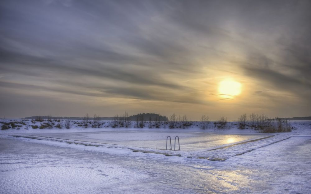 Обои для рабочего стола Бассейн, покрытый льдом, на фоне которого заходит солнце, Швеция / Sweden