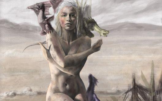 Обои Обнаженная Daenerys Targaryen / Дэйнерис Таргариен сидит в окружении трех драконов из фильма Game of thrones / Игра престолов