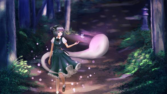 Обои Konpaku Youmu / Ёму Конпаку идет по лесу ночью, к ней подлетает светящаяся бабочка из серии компьютерных игр Тохо / Touhou Project (художник luco09)