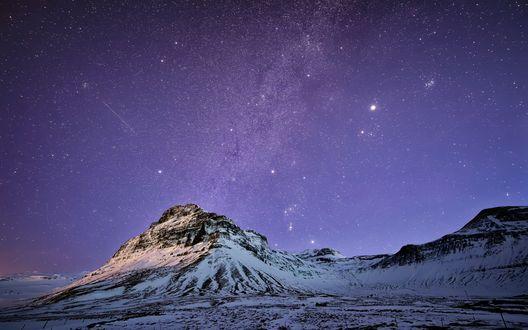 Обои Снежная гора на фоне фиолетового звездного неба, Исландия / Iceland