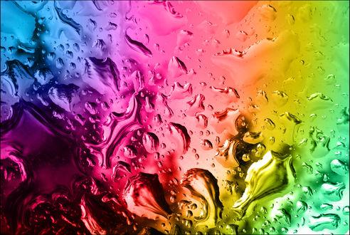 Обои Радужные разводы воды на стекле