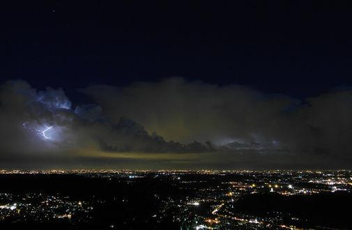 Обои Молния над городом ночью