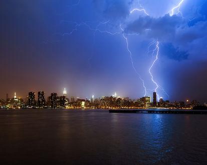 Обои Молнии в ночном небе над городом у моря