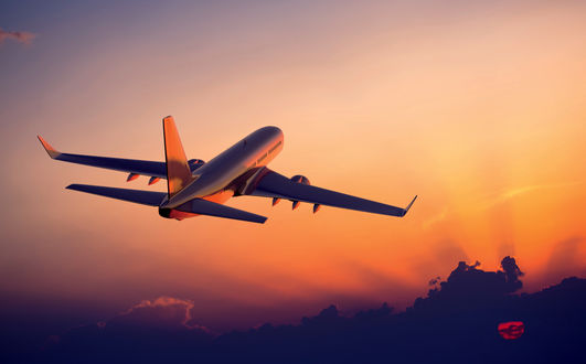 Обои Самолет улетает в сторону солнца на закате