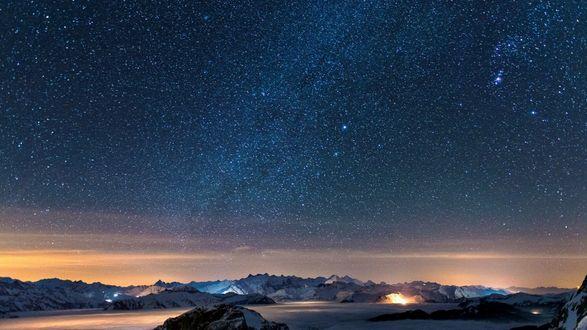Обои Космическое небо и снежные горные холмы