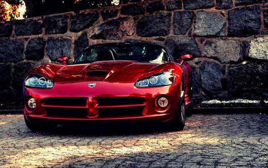 Обои Автомобиль Dodge Viper / Додж Вайпер красного цвета на фоне каменной стены