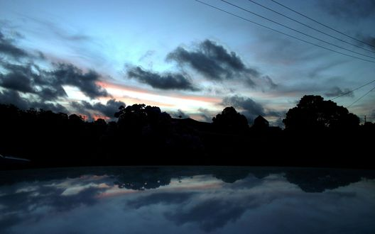 Обои Темные ночные облака над озером