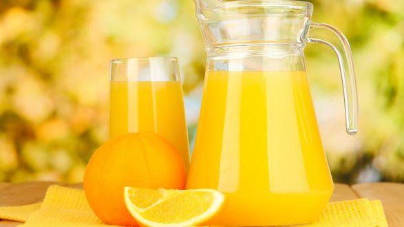 Обои Свежевыжатый апельсиновый сок в стакане и в кувшине