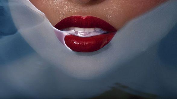 Обои Нижняя часть лица девушки с ярко накрашенными губами в воде