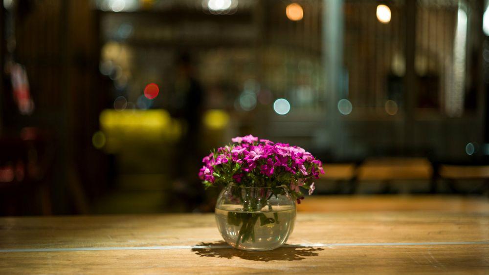 Цветы на столе фото в вазе