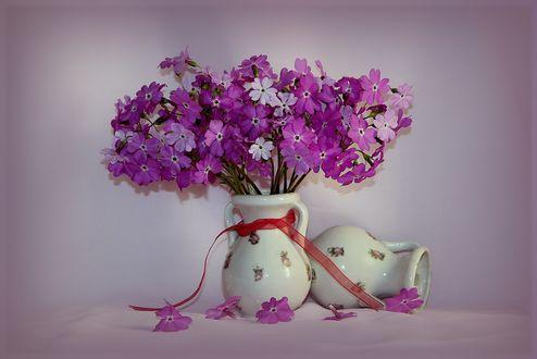 Обои Букет из розовых и фиолетовых цветов в фарфоровой вазе с ленточкой
