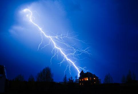 Обои Молния бьет в землю недалеко от жилого дома