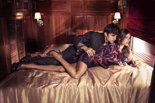 Обои Актер Эштон Катчер / Ashton Kutcher и модель Алессандра Амбросио / Alessandra Ambrosio едут лежа на кровати в поезде в рекламе бренда одежды Colcci / Кольчи