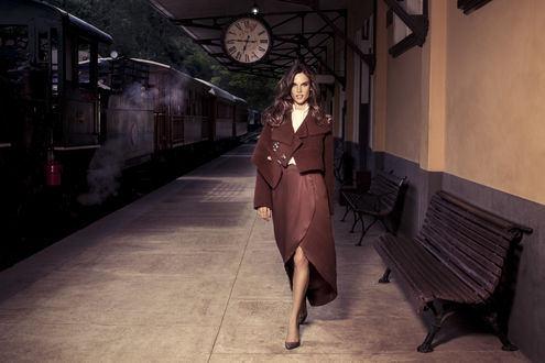 Обои Модель Алессандра Амбросио / Alessandra Ambrosio идет по перрону старого железнодорожного вокзала в рекламе бренда одежды Colcci / Кольчи