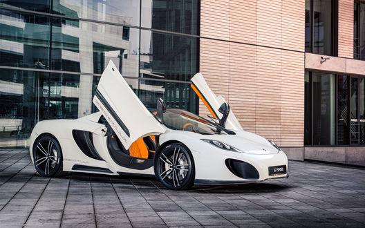 Обои Автомобиль McLaren MP4-12C Spider Gemballa GT 2013 / МакЛарен ЭмПи4-12Си Спайдер Джембелла 2013 года белого цвета стоит с открытыми дверцами возле стеклянного здания