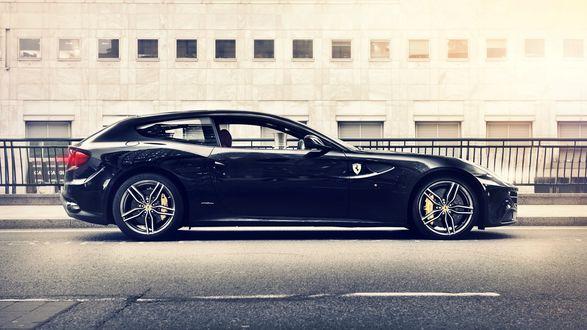 Обои Автомобиль Ferrari FF / Феррари ФФ черного цвета стоит на дороге в городе