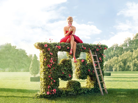 Обои Супермодель Bar Refaeli / Бар Рафаэли сидит на верхушке выстриженного розового куста в рекламе парфюма Escada Especially / Эскада Эспешели
