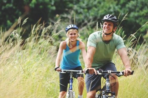 Обои Парень и девушка велосипедисты едут на природе