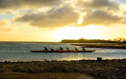 Обои Спортсмены-гребцы, вышедшие на тренировку по академической гребле, сидящие в лодке на фоне утреннего восходящего солнца