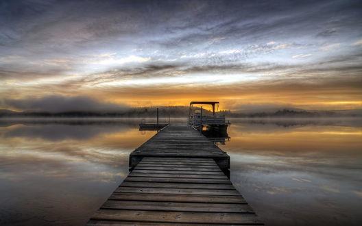 Обои Озеро в легком тумане, с небольшим причалом и пришвартованным катером