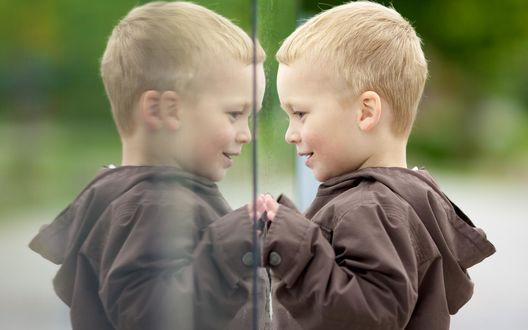 Обои Мальчик отражается в стекле