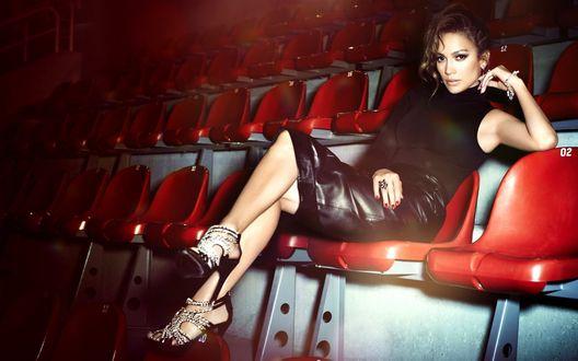 Обои Американская актриса, певица Дженнифер Лопес / Jennifer Lopez в черном сидит на красном сидении