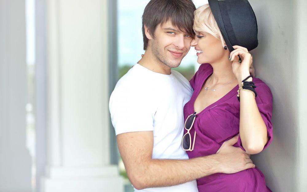 Мужчина обнимает женщину картинка