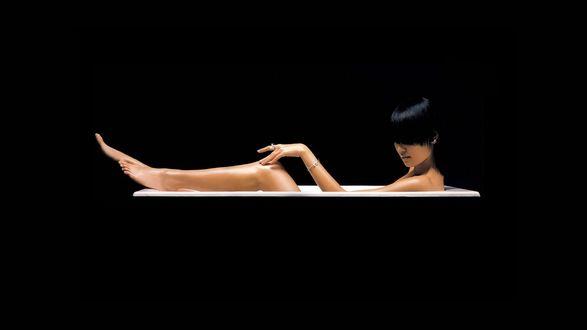 Обои Обнаженная брюнетка в ванной