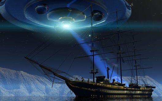 Обои Неопознанный летающий объект, зависший в ночном небе и освещающий своим ярким лучом света палубу парусного фрегата, стоящего возле океанских айсбергов