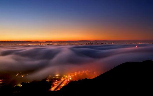 Обои Крупный мегаполис укутанный густым туманом