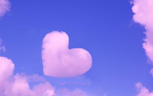 Обои Розовое облако в виде сердца на фоне синего неба